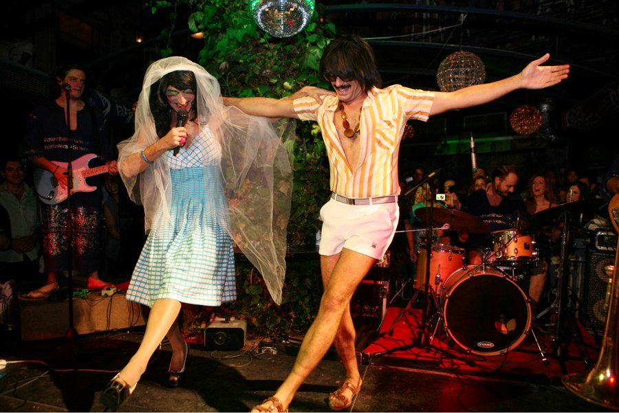 Τρίκαλα: Η σπαρταριστή συναυλία του Τόνι Σφήνου σε τρακτέρ (video)