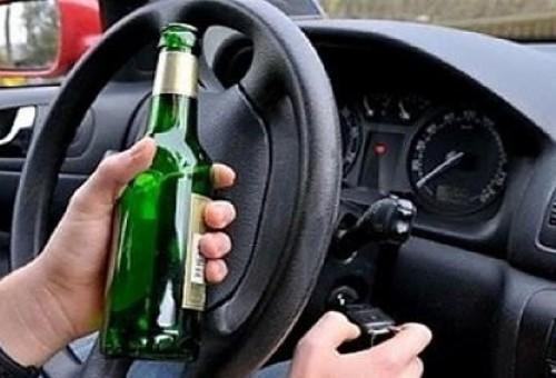 Μεθυσμένος οδηγός έσπειρε τον πανικό - Μπούκαρε με το αυτοκίνητο του σε ταβέρνα και δεν άφησε τίποτα όρθιο- ΦΩΤΟ