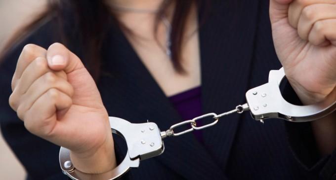 Συνελήφθη 34χρονη που μετέφερε στα παπούτσια της 6 κιλά ηρωίνη