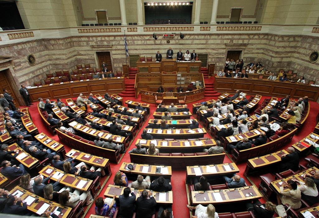 Βουλή: Αντιπαράθεση για τηλεοπτικές άδειες και διαφήμιση