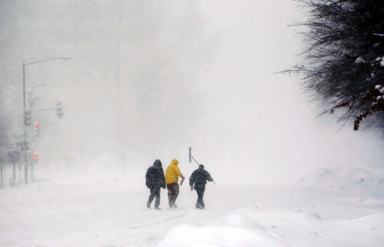 Περπατούν πάνω στην παγωμένη λίμνη Πλαστήρα – ΒΙΝΤΕΟ
