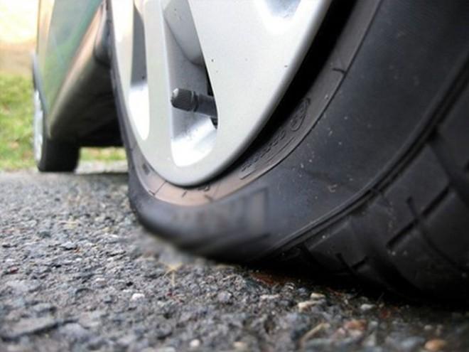 Συνελήφθη 24χρονος που τρυπούσε τα λάστιχα αυτοκινήτων