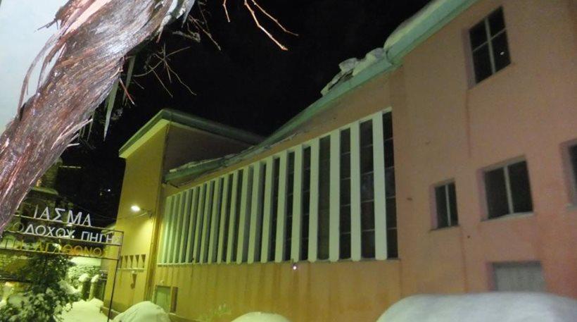 Απίστευτο: Κατέρρευσε από το χιόνι η στέγη του θεάτρου Αγιάσου στη Μυτιλήνη