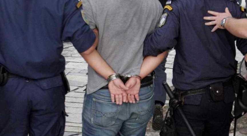 Συνελήφθη 35χρονος διεθνώς διωκόμενος - Βρέθηκαν στην κατοχή του πιστόλι και μαχαίρια