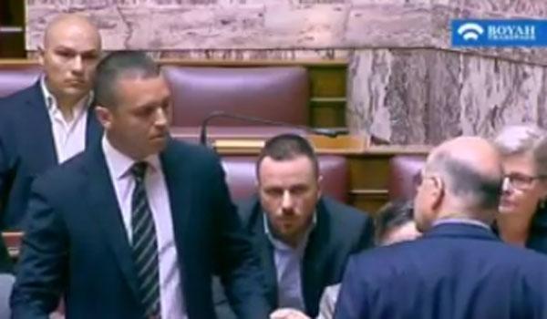 Χαμός στη Βουλή: Επίθεση Κασιδιάρη σε Δένδια. Σπρωξιές, μπουκάλια και χυδαίες εκφράσεις (Video)