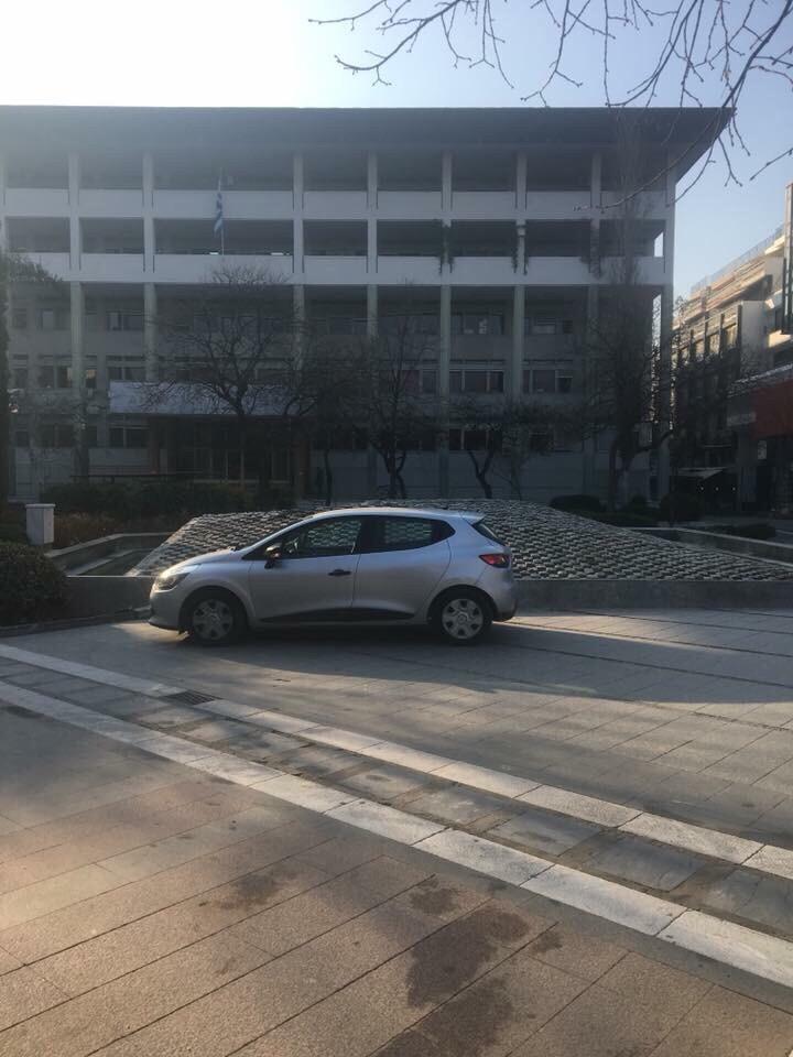 Παρκάρισμα «VIP» στη Λάρισα! Αξίζει επικό σχολιασμό… (ΦΩΤΟ)
