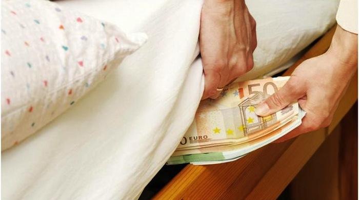 Άρπαξαν τα λεφτά από στρώμα 82χρονης Λαρισαίας, της πήραν την κάρτα και το PIN και έγιναν «καπνός»