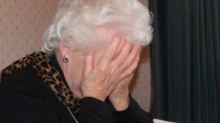 Απείλησαν με μαχαίρια ηλικιωμένη γυναίκα και της πήραν 6.500 ευρώ