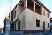 Δύο οικονομολόγοι από τη Λάρισα φτιάχνουν σπίτι με πηλό και άχυρο