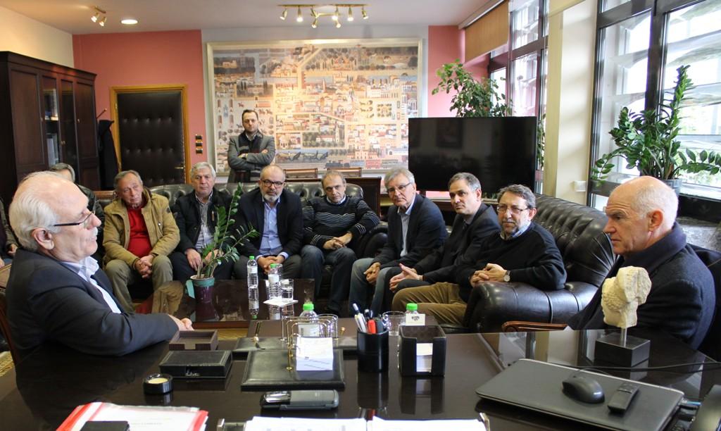 Στο Δημαρχείο της Λάρισας ο πρώην πρωθυπουργός Γιώργος Παπανδρέου