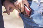 Έκλεψε πορτοφόλια από πέντε επιβάτες