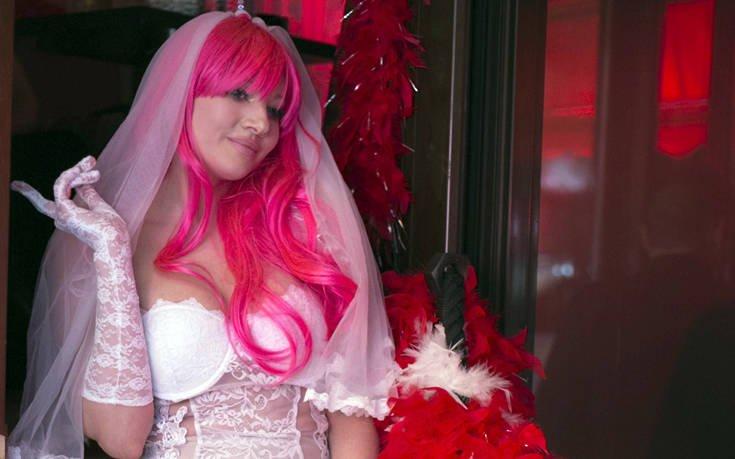 Η Τζούλια Αλεξανδράτου με ροζ περούκα, πέπλο και σέξι πόζες