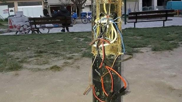 Έφηβοι στη Λάρισα φορτίζουν τα κινητά τους από κολόνες φωτισμού!