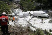 Τρόμος στον αέρα: Αεροπλάνο κόπηκε στα δύο και οι επιβάτες σώθηκαν (Φώτο)