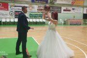 Λάρισα: Νύφη και γαμπρός μετά την εκκλησία στο παρκέ (ΦΩΤΟ)