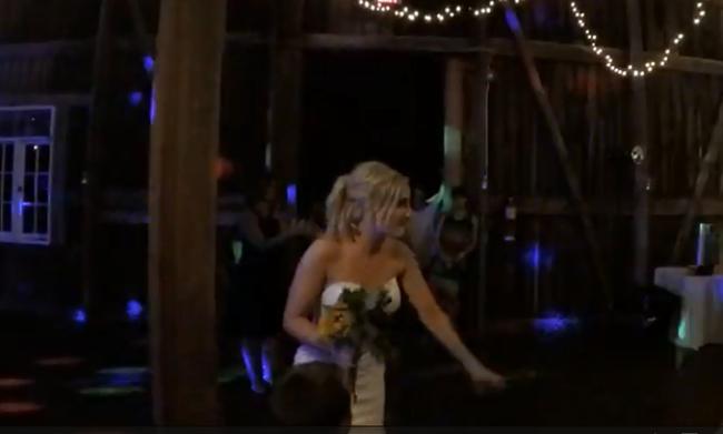 Δε φαντάζεστε ποιος έπιασε την ανθοδέσμη της νύφης σε αυτό το γάμο! (ΒΙΝΤΕΟ)