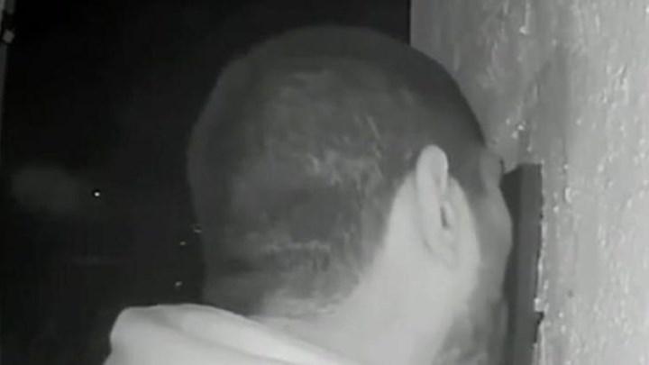 Κάμερα «έπιασε» άγνωστο να γλείφει επί τρεις ώρες κουδούνι εξώπορτας