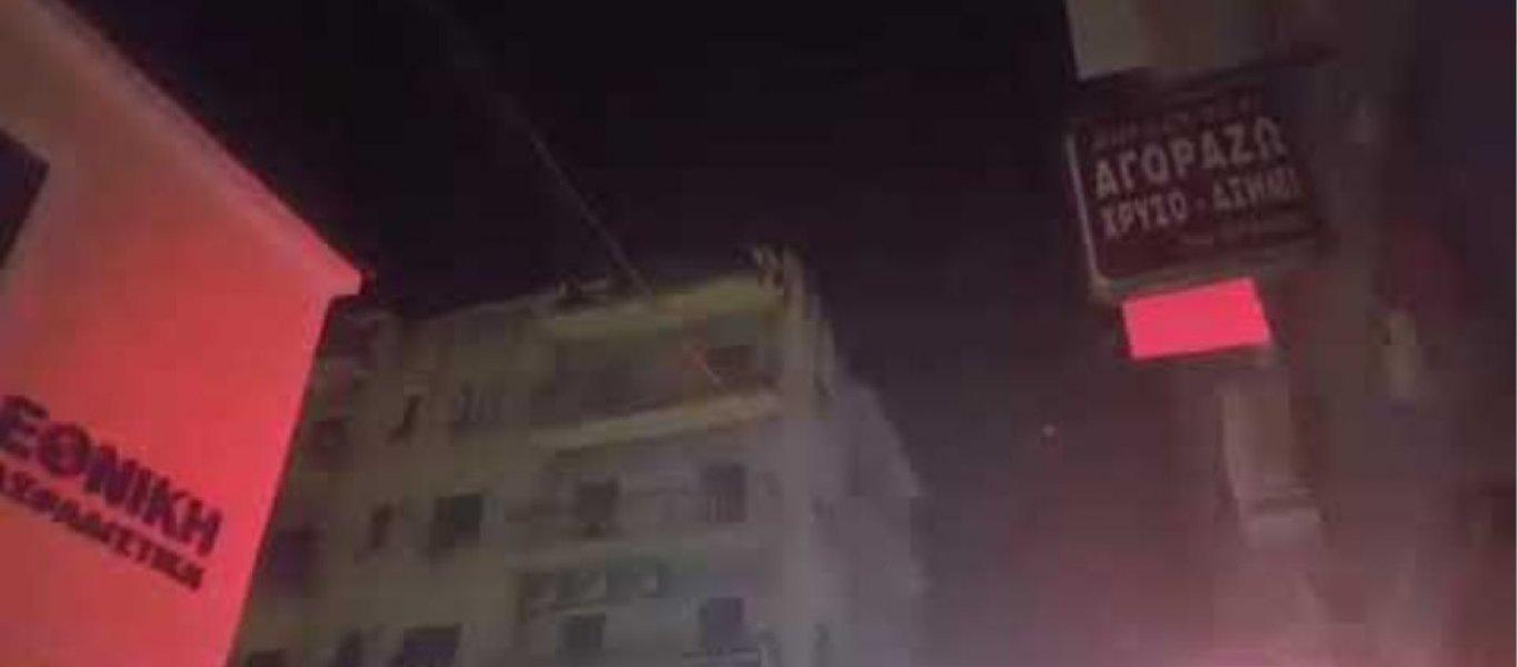 Πάτρα: Ανδρας απειλούσε να πηδήξει στο κενό από κτίριο (φώτο)