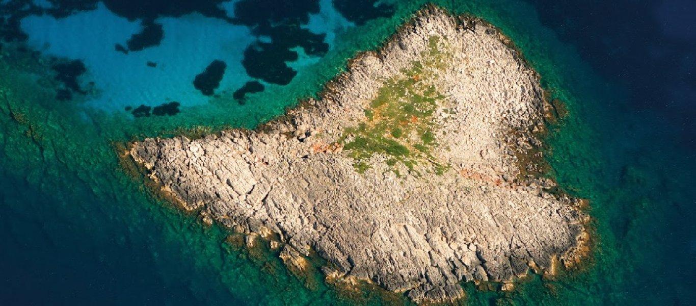 Τολμάς να μπεις στην ελληνική παραλία με τα πιο βαθιά νερά της Μεσογείου; (φωτό)