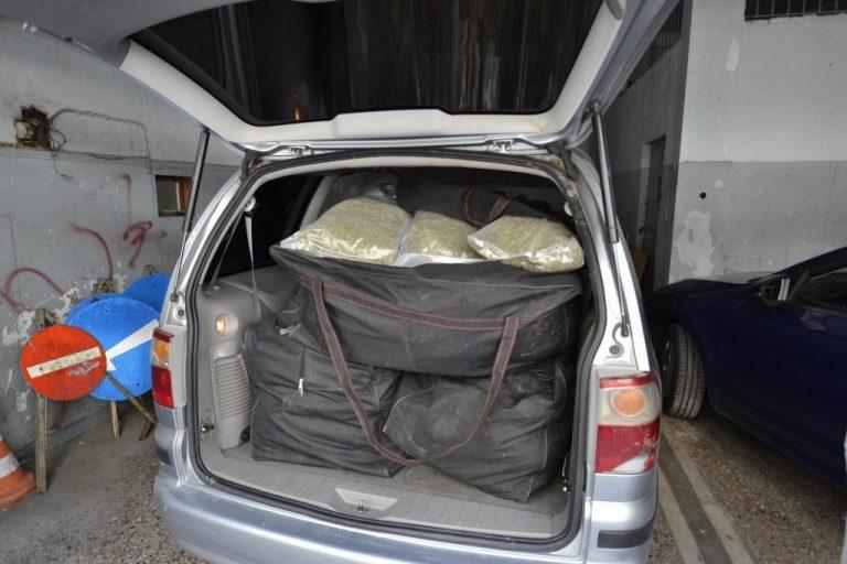 Τους έπιασαν στην εθνική με 100 κιλά χασίς που έκρυβαν σε οροφή και πάτωμα του αυτοκινήτου