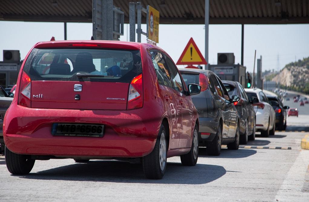 Αυτοκίνητο καρφώθηκε σε κολόνα (ΦΩΤΟ)