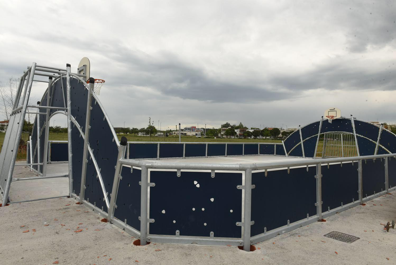 Ο Θ. Παπαλουκάς στην παράδοση του πολυγηπέδου και της πίστας skate στο Πάρκο των Χρωμάτων