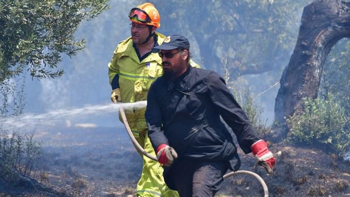 """Ένας ιερέας στη """"μάχη"""" με τις φλόγες στο Ναύπλιο - ΦΩΤΟ"""