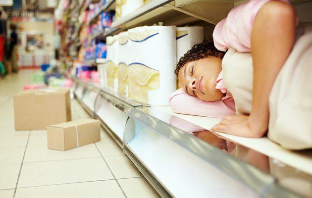 Ζεσταίνεσαι; Μπορείς να κοιμηθείς στο σούπερ μάρκετ…