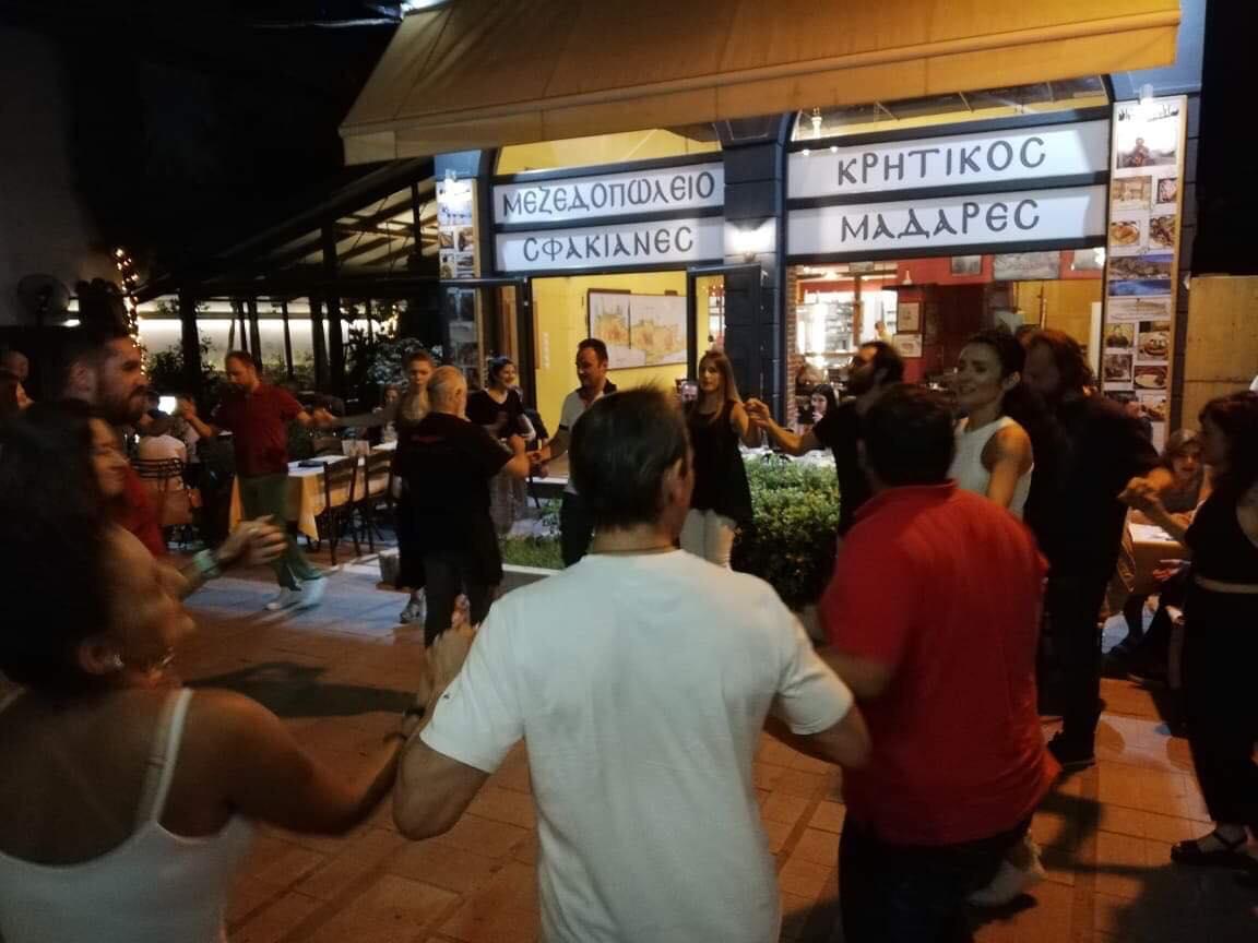 Δεν έχει καλύτερο απ' αυτό ο Λαρισαίος! Αυθεντικό κρητικό γλέντι στο κέντρο της Λάρισας μεσημέρια Κυριακής! ΦΩΤΟ - ΒΙΝΤΕΟ