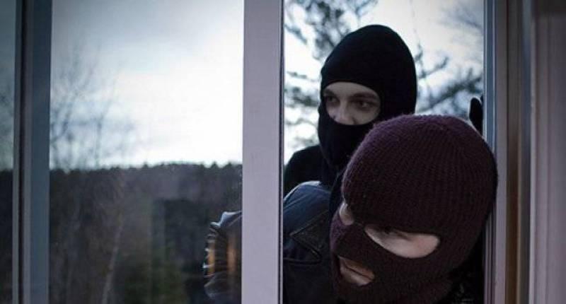 Τρόμος για γυναίκα στη Λάρισα: Μπούκαραν μέρα μεσημέρι στο σπίτι της και αφού έκλεισαν τον σκύλο στο μπαλκόνι το έκαναν άνω κάτω