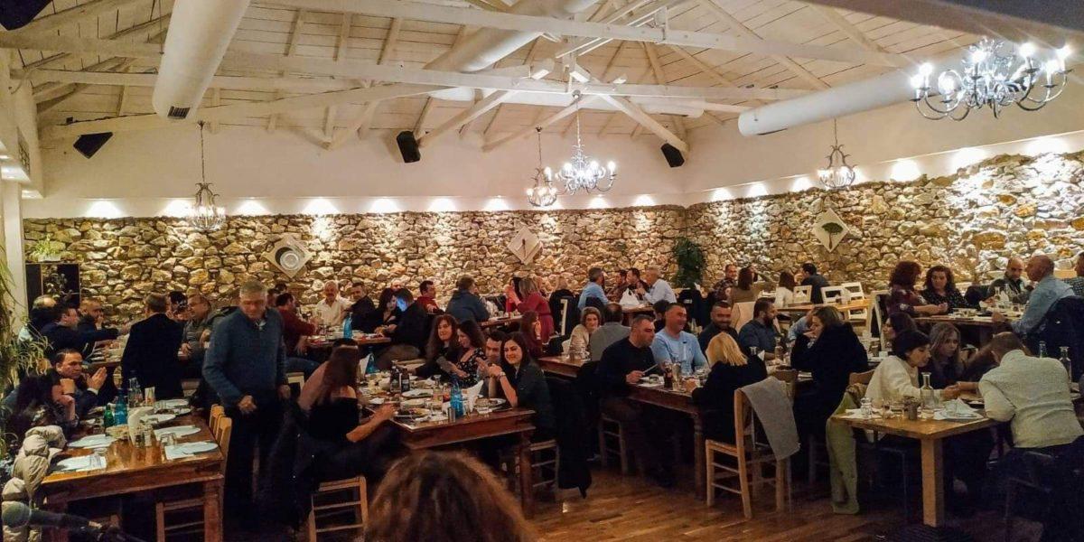 Η χαρά του καλοφαγά στη Λάρισα έχει πλέον όνομα: Ψηστήρι και περιμένουν ουρές να γευτούν τα ψητά του (φωτο)