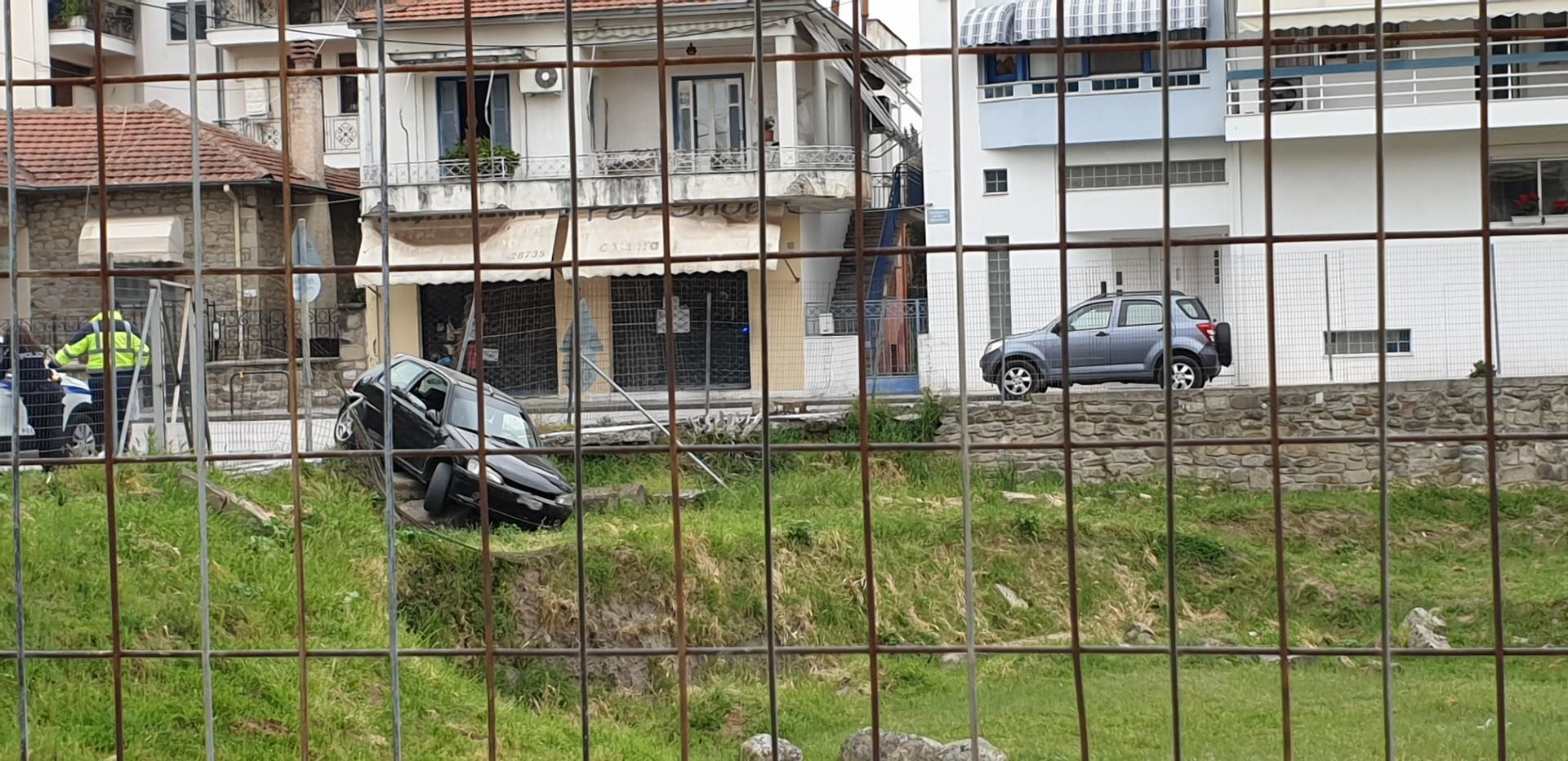 Σφοδρή πλαγιομετωπική σύγκρουση έξω από την Ελασσόνα (φώτο)