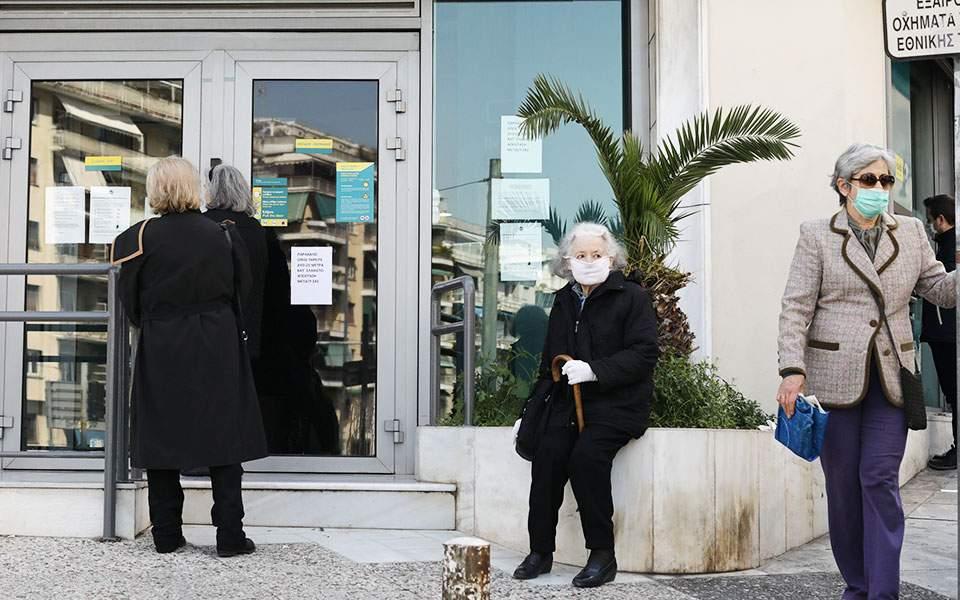 Πιστοί στο γκισέ παραμένουν οι ηλικιωμένοι πελάτες των τραπεζών