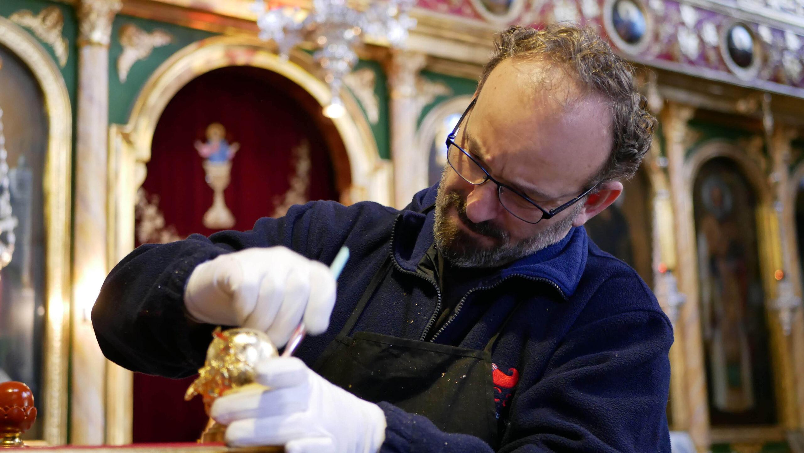 Ο Λαρισαίος που απεικονίζει ζωγραφικά τα Ιερά Πρόσωπα αλλά και καθαρίζει και συντηρεί Ιερούς Ναούς με εξαιτερικό αποτέλεσμα (φωτο)