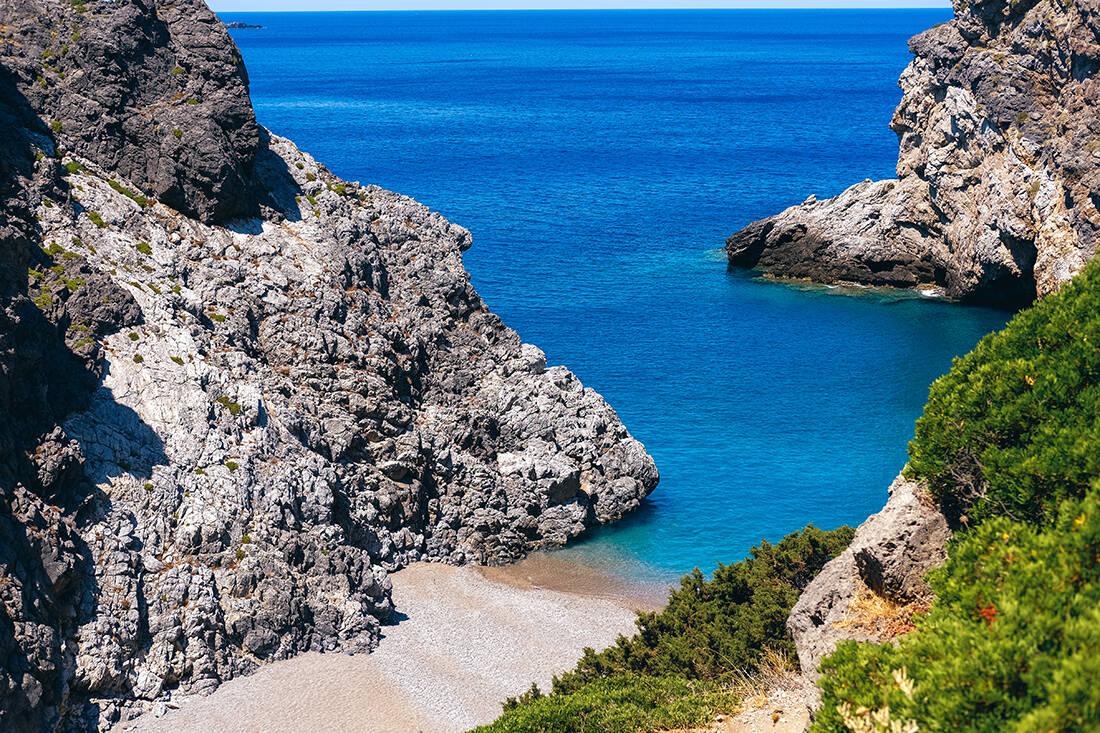 Δυσπρόσιτες και απομονωμένες παραλίες της χώρας που ανταμείβουν και με το παραπάνω τους επισκέπτες τους