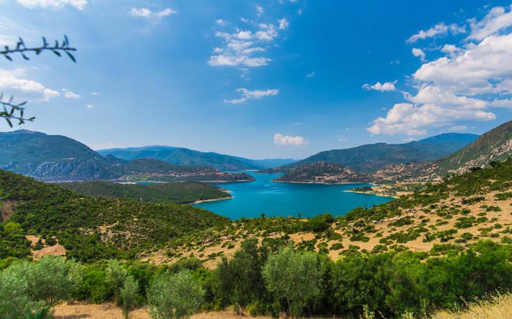 Η λίμνη-πεταλούδα της Ελλάδας και η μοναδική ομορφιά της