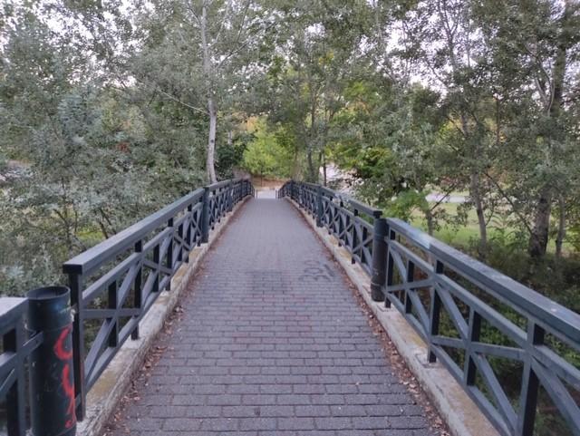 Εργασίες σε πεζογέφυρα του Πηνειού για τη διαμόρφωση αυτοφωτιζόμενης επιφάνειας.