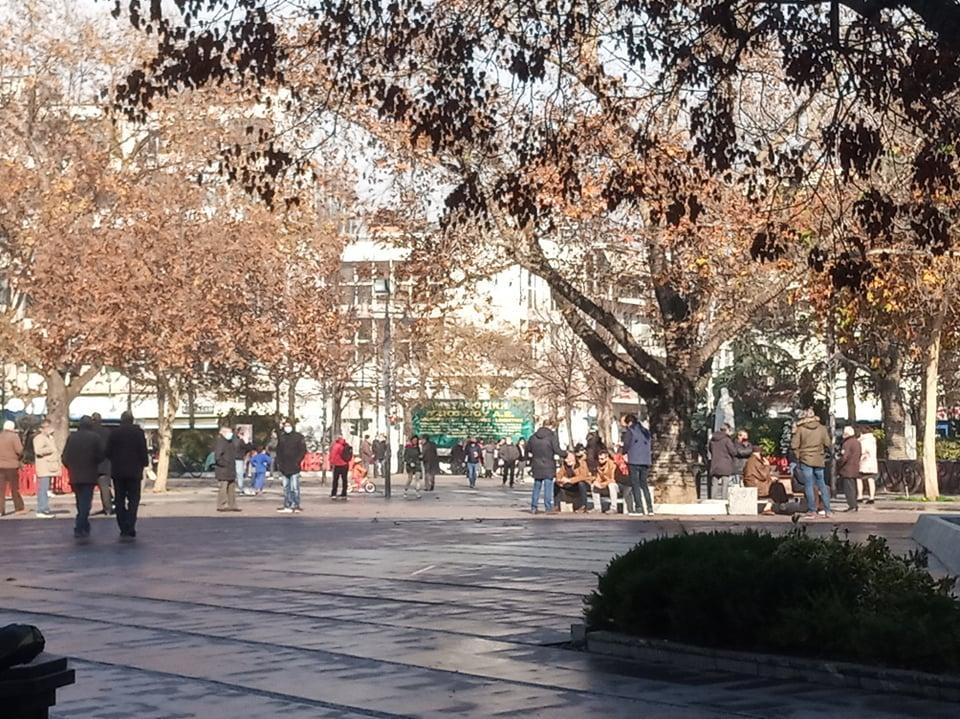 Χωρίς κάλαντα και ευχές αλλά συνωστισμός και σήμερα στο κέντρο της Λάρισας (ΦΩΤΟ)
