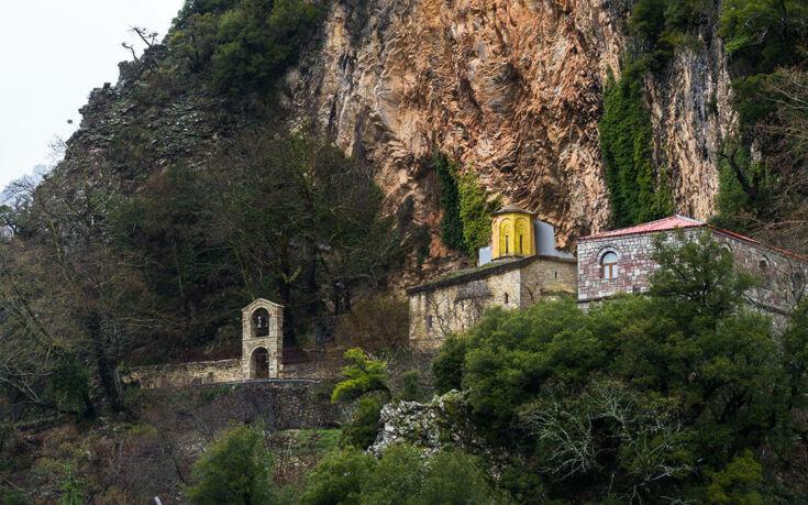 Το μοναστήρι της Παναγιάς που είναι κρυμμένο στη σπηλιά ενός απόκρημνου βράχου
