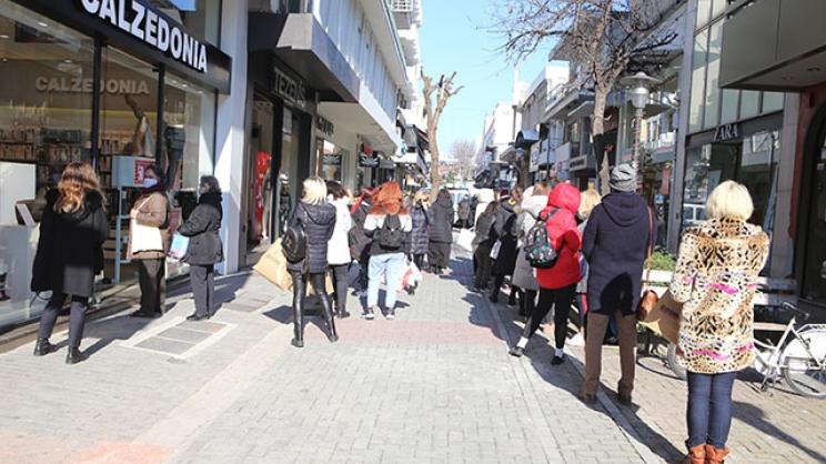 Λάρισα: Γέμισε η αγορά, ουρές σε καταστήματα