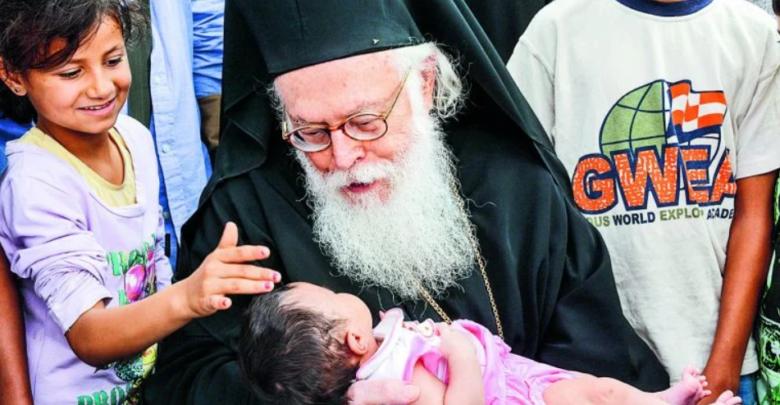 Η συγκινητική ιστορία με τον Αρχιεπίσκοπο Αλβανίας και το προσφυγόπουλο στο οποίο έδωσε πνοή ζωής