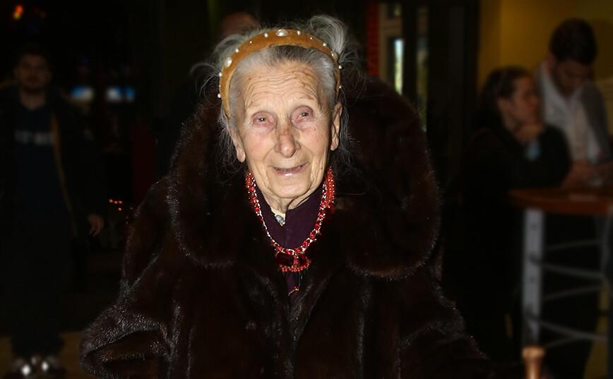 Τιτίκα Σαριγκούλη: Ποια ήταν η ηθοποιός που αγαπήσαμε στο ρόλο της αθυρόστομης γιαγιάς στην σειρά «Μπαμπά μην τρέχεις»