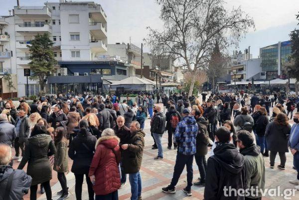 Απίστευτο : Οι κάτοικοι του Κορδελιού διαμαρτύρονται για το lockdown με συγκέντρωση... χωρίς μάσκες και αποστάσεις!