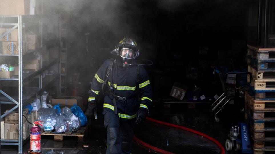 Επίθεση σε δημαρχείο: Πέταξαν μολότοφ και έβαλαν φωτιά στο ληξιαρχείο