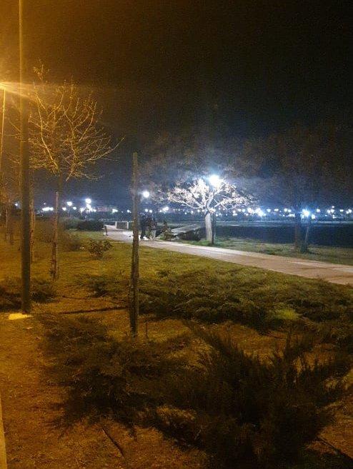 Λαρισαίοι άναψαν φωτιές στο πάρκο Χατζηχαλάρ