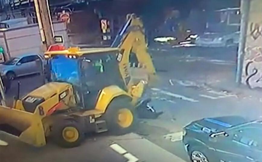 Φριχτό δυστύχημα: Εκσκαφέας χτυπά στο κεφάλι και πατά γυναίκα σε δρόμο