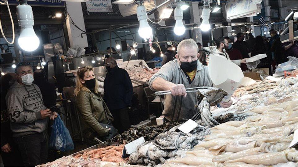 Θέμης Αδαμαντίδης: Και η νύχτα μυρίζει... φρουτάκια