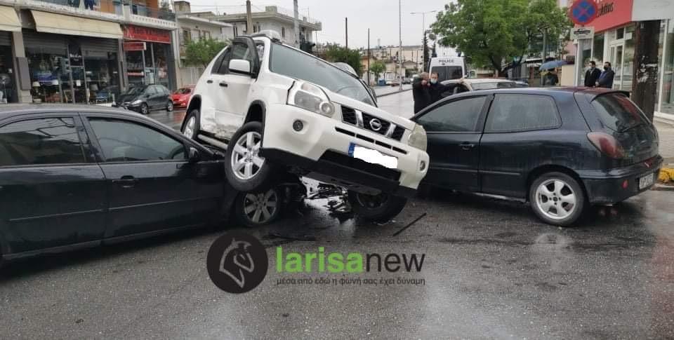 Σύγκρουση τριών αυτοκινήτων στη Λάρισα - Τραυματίστηκε ένα άτομο (ΦΩΤΟ)
