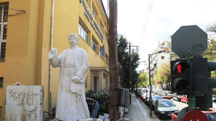 Σε περίοπτη θέση του άγαλμα του Ρήγα Φεραίου στο 4ο Γυμνάσιο – Λύκειο Λάρισας (ΦΩΤΟ)