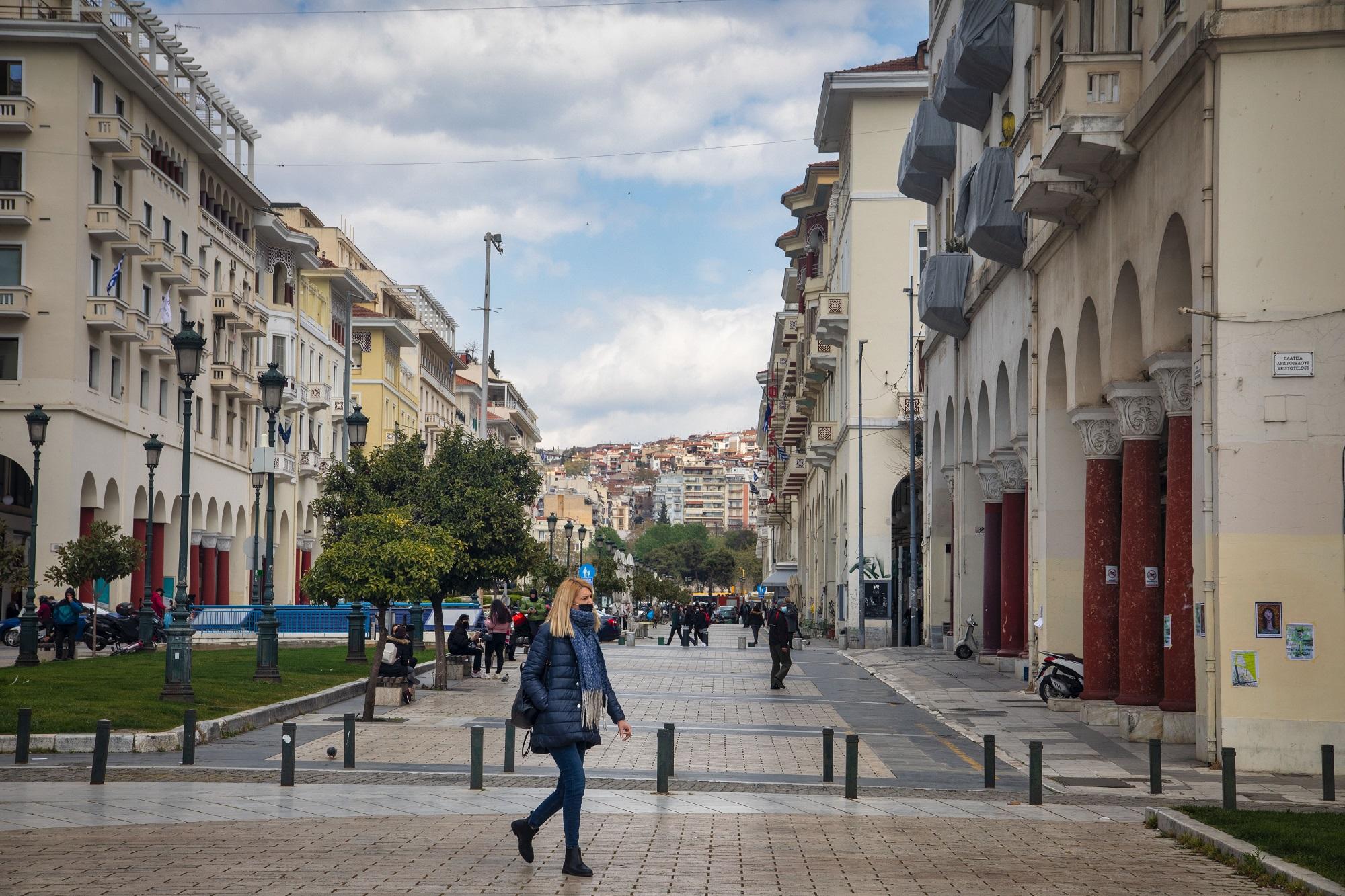 Αυξάνεται η πίεση στα νοσοκομεία της Θεσσαλονίκης – Συνωστισμοί σε πλατείες από κορονοπάρτι (video)